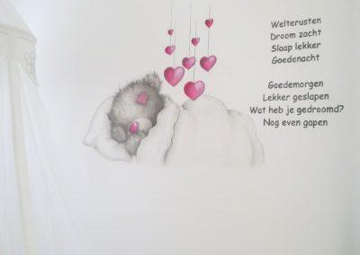Muurschildering babykamer beertje en tekst