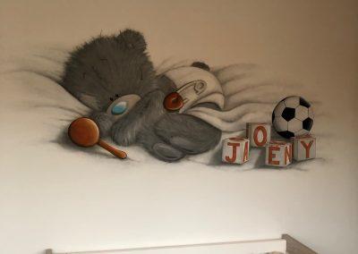 Muurschildering babykamer beer en voetal
