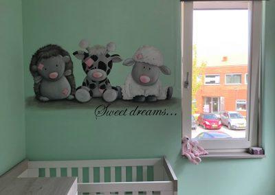 Muurschildering babykamer blue nose friends