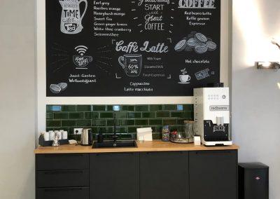 Krijtbord met koffie en theesoorten