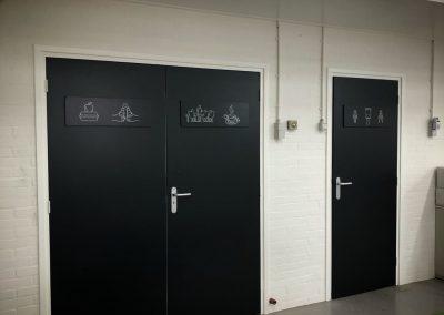 geschilderde symbolen op deuren