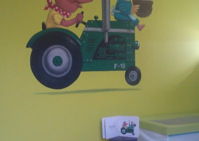 Muurschildering babykamer tractor met dieren