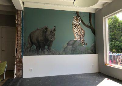Muurschildering woonkamer neushoorn tijger