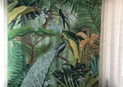 woonkamer schildering groen en pauwen